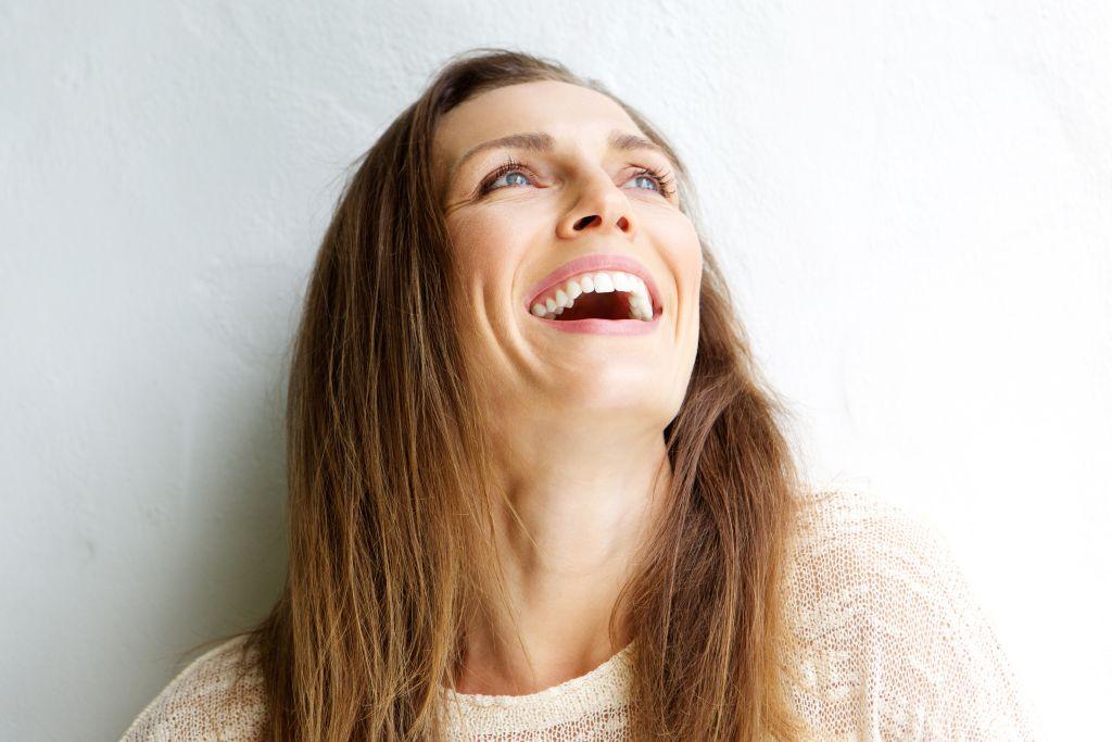 Portret foto vrouw voor muur