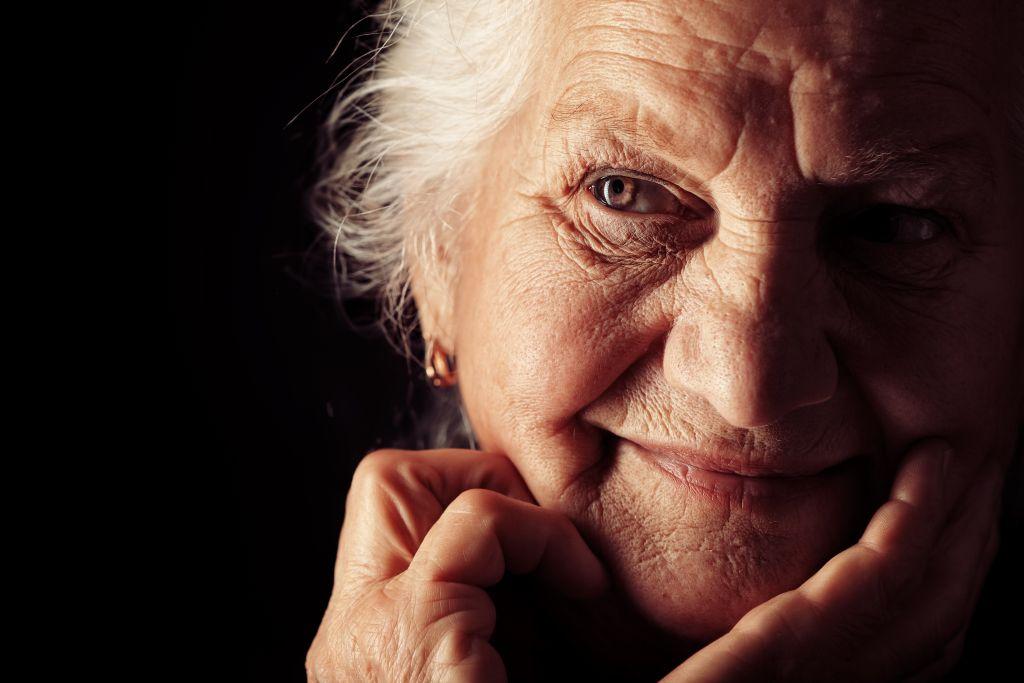 Portret foto oudere dame handen in gezicht