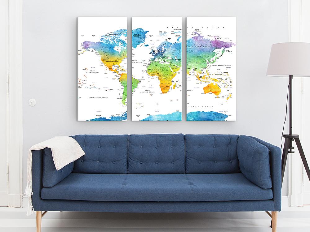 bank met drieluik wereldkaart en lamp