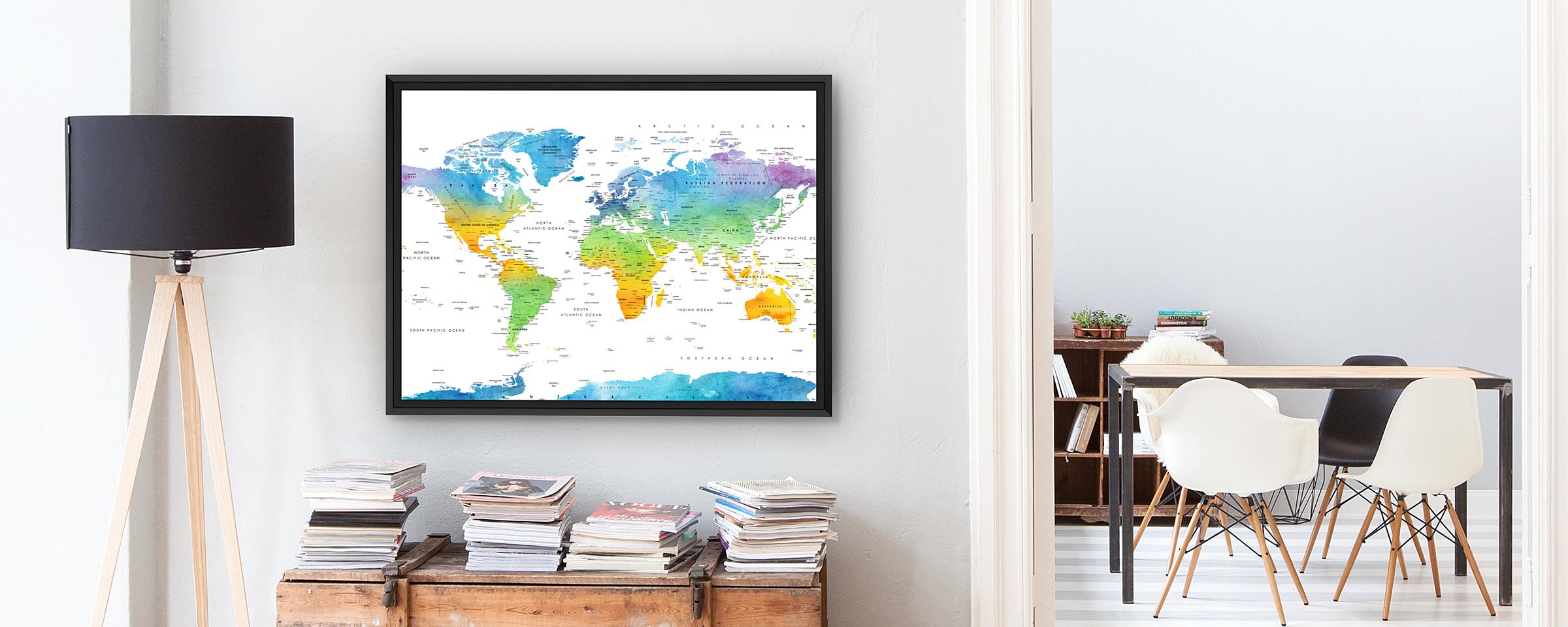 wereldkaart aan muur met lamp en stoelen