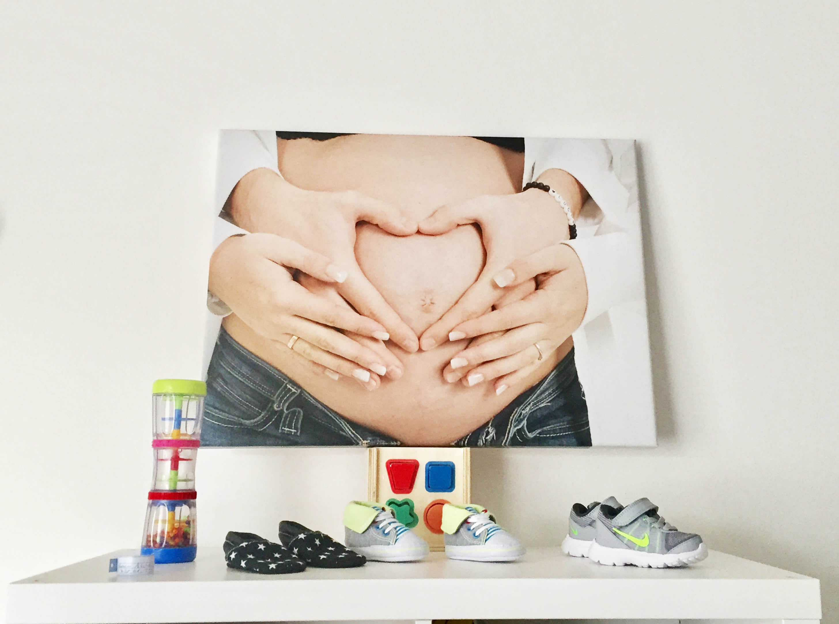 babykamer decoratie met canvas babybuik foto